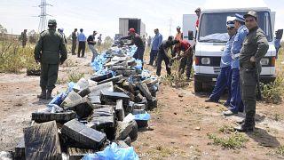 جنود وأمنيون مغربيون يقفون أمام كميات من القنب لحرقها قرب الدار البيضاء. 2013/05/09