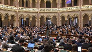 Szavaznak a képviselők az Országgyűlés plenáris ülésén 2021. február 22-én