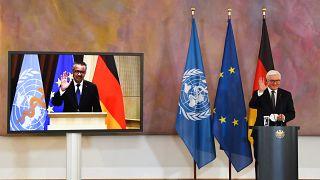 الرئيس الألماني، إلى اليمين، والمدير العام لمنظمة الصحة العالمية، يساراً على الشاشة، بعد مؤتمر صحفي مشترك
