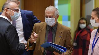 الممثل الأعلى للاتحاد الأوروبي للشؤون الخارجية والسياسة الأمنية جوزيب بوريل يتوسط عددا من وزراء خارجية الاتحاد الأوروبي في بروكسل. 2020/12/07