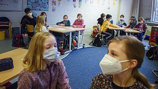 In einer Grundschule in Kiel: Kinder mit Masken und Abstand