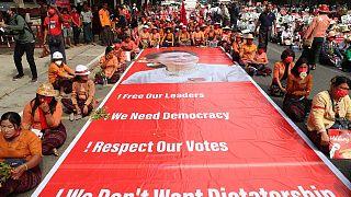 وبعد ثلاثة أسابيع على إطاحة الجيش الميانماري بحكومة أونغ سان سو تشيnنزل الإثنين مئات الآلاف إلى الشوارع في مدن عدّة في ميانمار للتنديد بالانقلاب العسكري