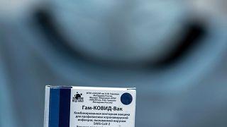 Egészségügyi dolgozó egy Szputnyik V koronavírus elleni vakcinát tartalmazó dobozzal