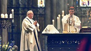 Kardinal Rainer Woelki (rechts) bei einer Messe im Kölner Dom