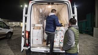 A Sinopharm kínai cég vakcináit pakolják teherautóba Budapesten