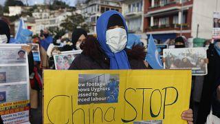 A törökországi ujgur közösség tagjai az isztambuli kínai nagykövetség előtt tüntettek február 10-én