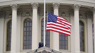 منذ الأمس أمر الرئيس الأمريكي جو بايدن بتنكيس الأعلام حداداً على أرواح الضحايا