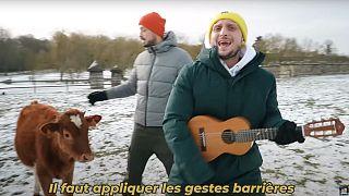 Jelent a Je me Souviens című dal klipjéből