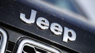 شعار شركة جيب على غطاء محرك سيارة شيروكي