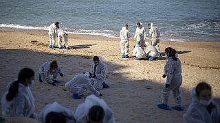 Équipe de nettoyage sur une plage israélienne, 22 février 2021