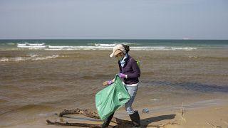 Добровольцы принимают участие в очистке побережья