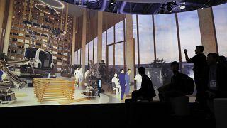 """شاشات تعرض تصور """"المدينة المنسوجة"""" في جناح تويوتا في معرض لاس فيغاس للالكترونيات الاستهلاكية. 2020/01/08"""