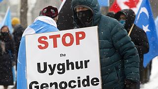 Manifestantes à porta do parlamento canadiano, esta segunda-feira