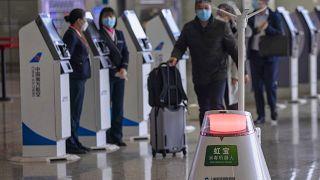 Robot fertőtlenít a sanghaji repülőtér utascsarnokában
