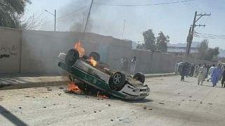 تصاویر از به آتش کشیده شدن یک خودروی پلیس در سراوان
