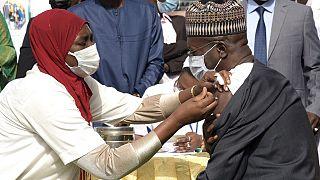 Covid-19 : le Sénégal lance sa vaccination et fournit des doses à ses voisins