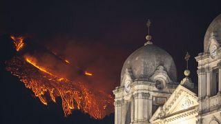 بركان إيتنا كما يبدو وراء كاتدرائية في كاتانيا الإيطالية