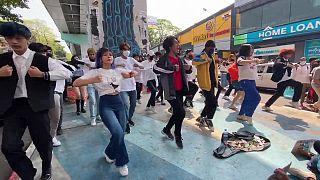 متظاهرون في يانغون يرقصون احتجاجا على الانقلاب العسكري في ميانمار