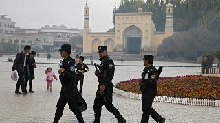 Doğu Türkistan'ın Kaşgar kentinde İdgah Camisi'nin önünde devriye gezen Çin güvenlik görevlileri (arşiv)