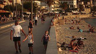 Touristen und Einheimische am Strand von Sóller, Mallorca, Spanien, 29.07.2020