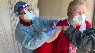 Una mujer es vacunada contra la COVID-19