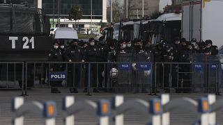 الشرطة التركية أثناء احتجاج أنصار حزب الشعوب الديمقراطي الموالي للأكراد في تركيا أمام محكمة في اسطنبول ، الأربعاء 3 فبراير 2021 ،