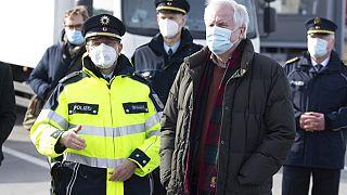 Il ministro dell'Interno tedesco Horst Seehofer visita un blocco stradale della polizia al confine tra Germania e Repubblica Ceca