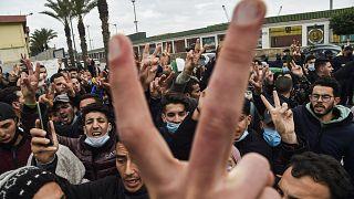 الطلاب يتظاهرون ويرددون الشعارات في وسط العاصمة الجزائرية الجزائر في 23 فبراير 2021