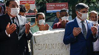 أصدقاء جمال خاشقجي يتلون الفاتحة بجانب نصب تذكاري قريب من القنصلية السعودية في اسطنبول في الذكرى الثانية لوفاته. 2020/10/02