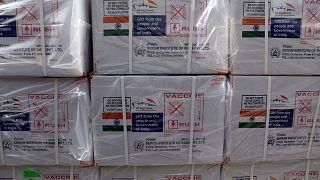 الشحنة الأولى من اللقاح المضاد لفيروس كورونا أسترازينيكا من إنتاج معهد سيروم الهند.