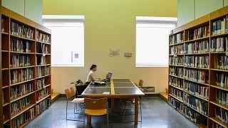 Una studentessa in una biblioteca dell'Università Milano-Bicocca nel marzo scorso