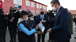 Milli Eğitim Bakanı Ziya Selçuk, Çorum'un Sungurlu ilçesine bağlı Arifegazili köyündeki Arifegazili İlkokulu'nu ziyaret etti.