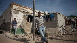 Un bracciante agricolo nella baraccopoli Casa Vieja di Nijar, tra le serre d'Almeria (foto d'archivio del 2016)