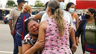 Az egyik bebörtönzött hozzátartozója könnyek között Guayaquilban