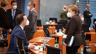 Bundeskanzlerin Angela Merkel spricht mit dem deutschen Gesundheitsminister Jens Spahn, bei der wöchentlichen Kabinettssitzung im Kanzleramt in Berlin, 24.01.2021