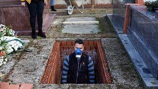 Una foto del 1 aprile 2020: un addetto alla sepoltura prepara una tomba nel cimitero di Zarza de Tajo, nella Spagna centrale