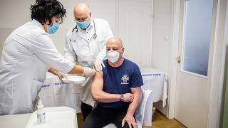 A kínai Sinopharm koronavírus elleni vakcinájával oltják be Pető Zoltánt a szegedi Járványügyi Ellátó Központ igazgatóját az oltópontban