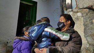 Una mujer migrante con varios niños en un pueblo de España