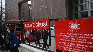 مبنى محكمة باكيركوي في اسطنبول، خلال محاكمة حكم ضد أربعة طيارين ومضيفين ومسؤول طيران خاص متهم بتهريب رئيس شركة نيسان موتور السابق كارلوس غصن.