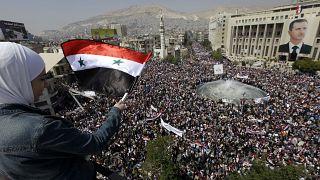 صورة لمتظاهرين موالين للنظام في دمشق مع بداية الثورة السورية في 2011