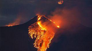 Izzó láva folyik az Etna tűzhányó kráteréből a szicíliai Catania közelében 2021. február 23-án hajnalban