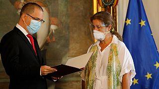 Jorge Arreaza entrega a la embajadora de la UE, Isabel Brilhante, la declaración de persona non grata