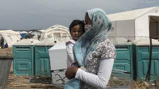 Midilli Adası'nda yeni kampa yerleştirilen çocuklu bir kadın (arşiv)