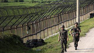 Güney Kore ile Kuzey Kore sınırının Güney tarafından devriye gezen askerler