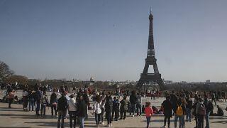 В Париже тепло и гулять пока ещё можно