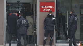 محاکمه کادر پروازی و مدیران شرکت هواپیمایی که کارلوس گون (غصن) را فراری دادند.