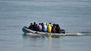 مهاجرون على متن قارب مطاطي
