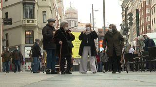 Un grupo de ancianos vacunados se dirigen al teatro en la Gran Vía de Madrid