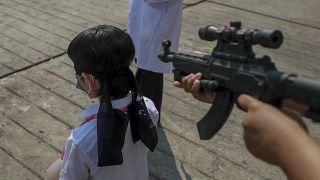 أفراد الجيش التابعون للمجلس العسكري أثناء مظاهرة مناهضة للانقلاب في يانغون - ميانمار.