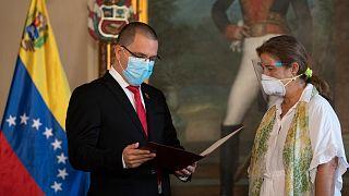 وزير خارجية فنزويلا خورخي أريزا وسفيرة الاتحاد الأوروبي في كاراكاس إيزابيل بريلهانت.